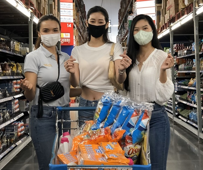Hoa hau Khanh Van cung cac nguoi dep mua qua tang cac em OBV (9)