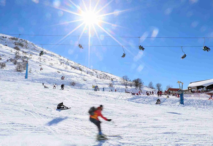 Israeli tourists ski down the Mount Hermon in the northern Golan Hights on January 13, 2015. AFP PHOTO / JALAA MAREY        (Photo credit should read JALAA MAREY/AFP via Getty Images)