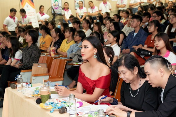 A hau Kim Duyen giam khao cuoc thi Dau ngoac kep05004