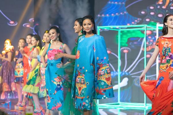 Hoa hau HHen Nie trinh dien thoi trang (4)