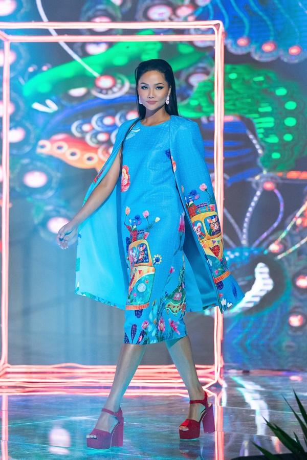Hoa hau HHen Nie trinh dien thoi trang (6)