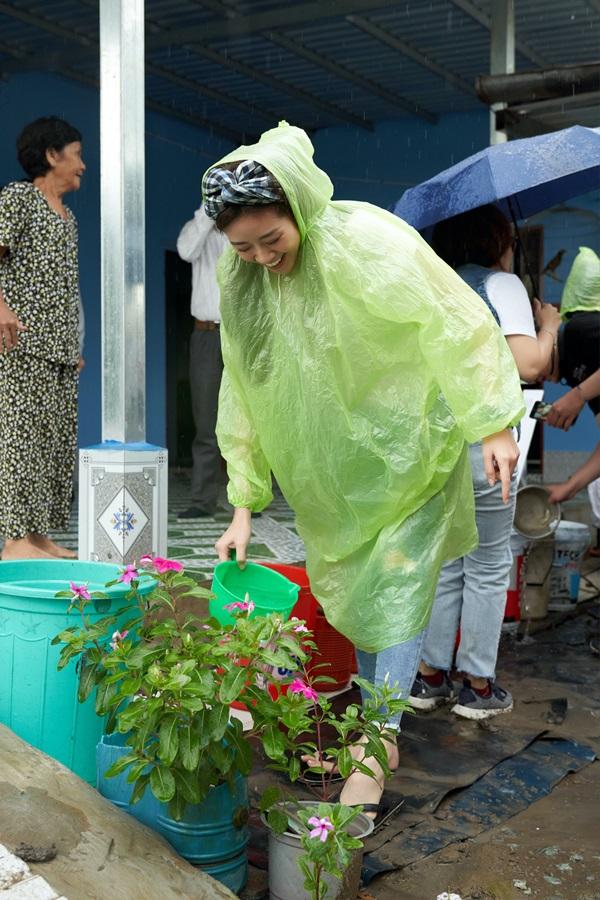 Hoa hau Khanh Van di thien nguyen tai Long AN104