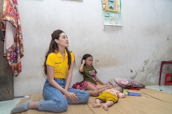 Hoa hau Khanh Van tham nan nhan chat doc da cam tai thanh pho Vinh42
