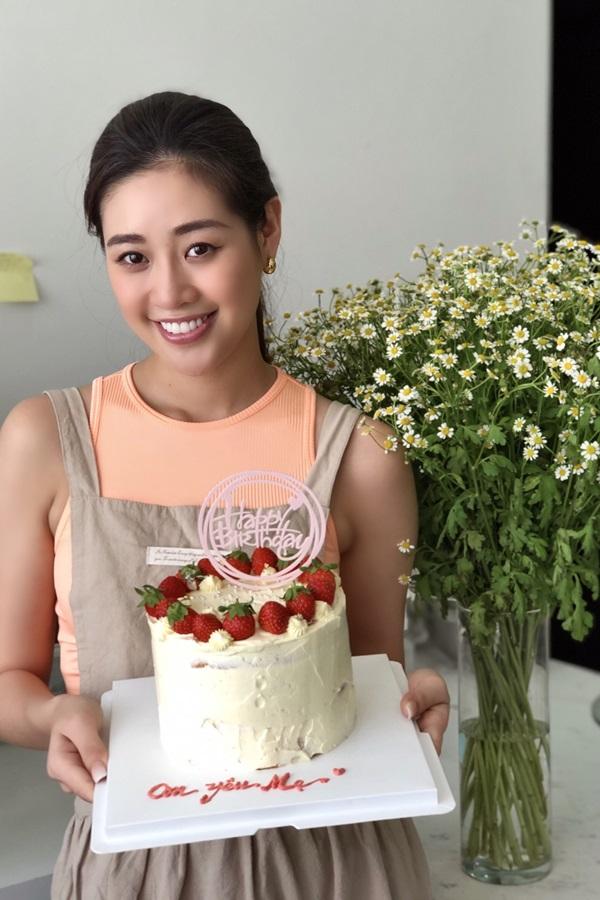 Hoa hau Khanh Van tu tay lam banh sinh nhat tang me1