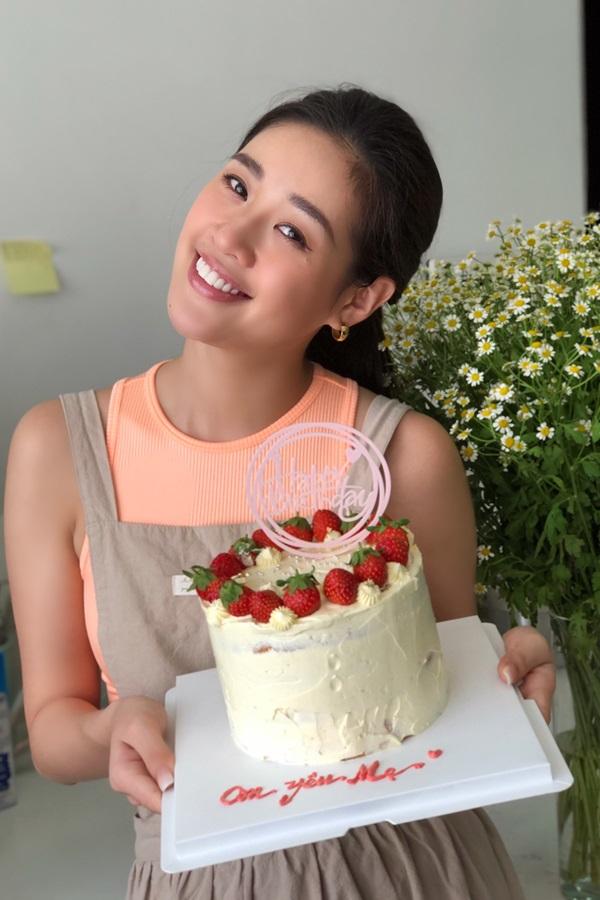 Hoa hau Khanh Van tu tay lam banh sinh nhat tang me15