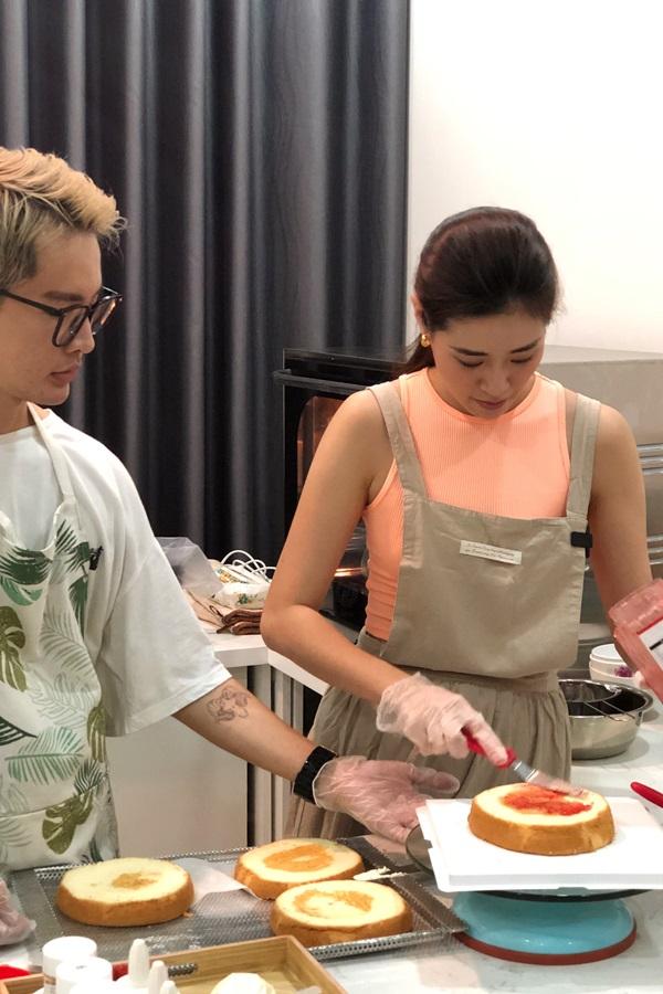 Hoa hau Khanh Van tu tay lam banh sinh nhat tang me3