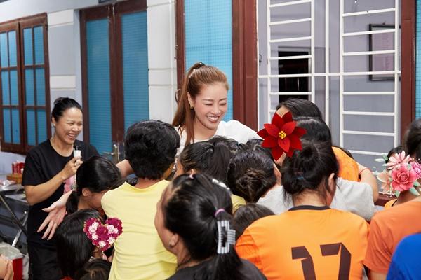 Hoa hau Khanh Van_OBV64