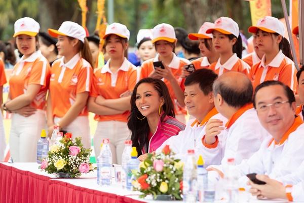 Hoa hau HHen Nie_dua xe dap tai Cao Bang16