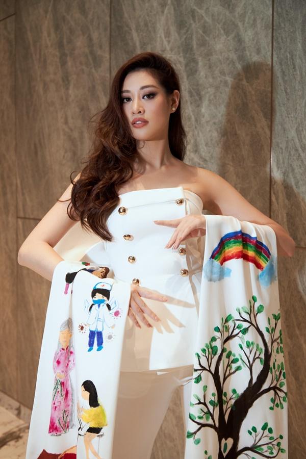 Hoa hau Khanh Van22