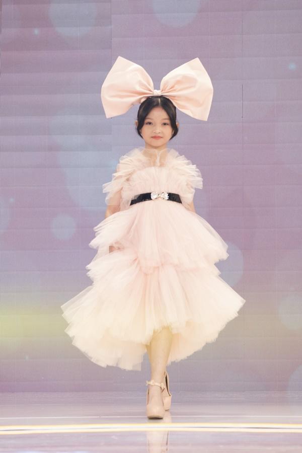 Ba thí sinh cùng các bé mẫu nhí nhà Pinkids cũng tham gia trợ diễn trong phần thi