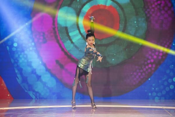Song Thư thể hiện phần múa hiện đại với những vũ đạo chuyên nghiệp và tự tin.