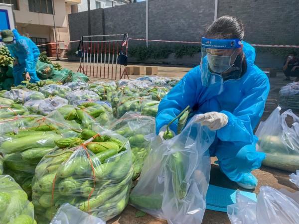 Á hậu Kim Duyên phân chia thực phẩm cho các hộ dân