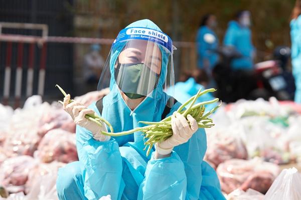 Khoảnh khắc đáng yêu của Hoa hậu Khánh Vân khi phân chia thực phẩm cho bà con TP HCM.