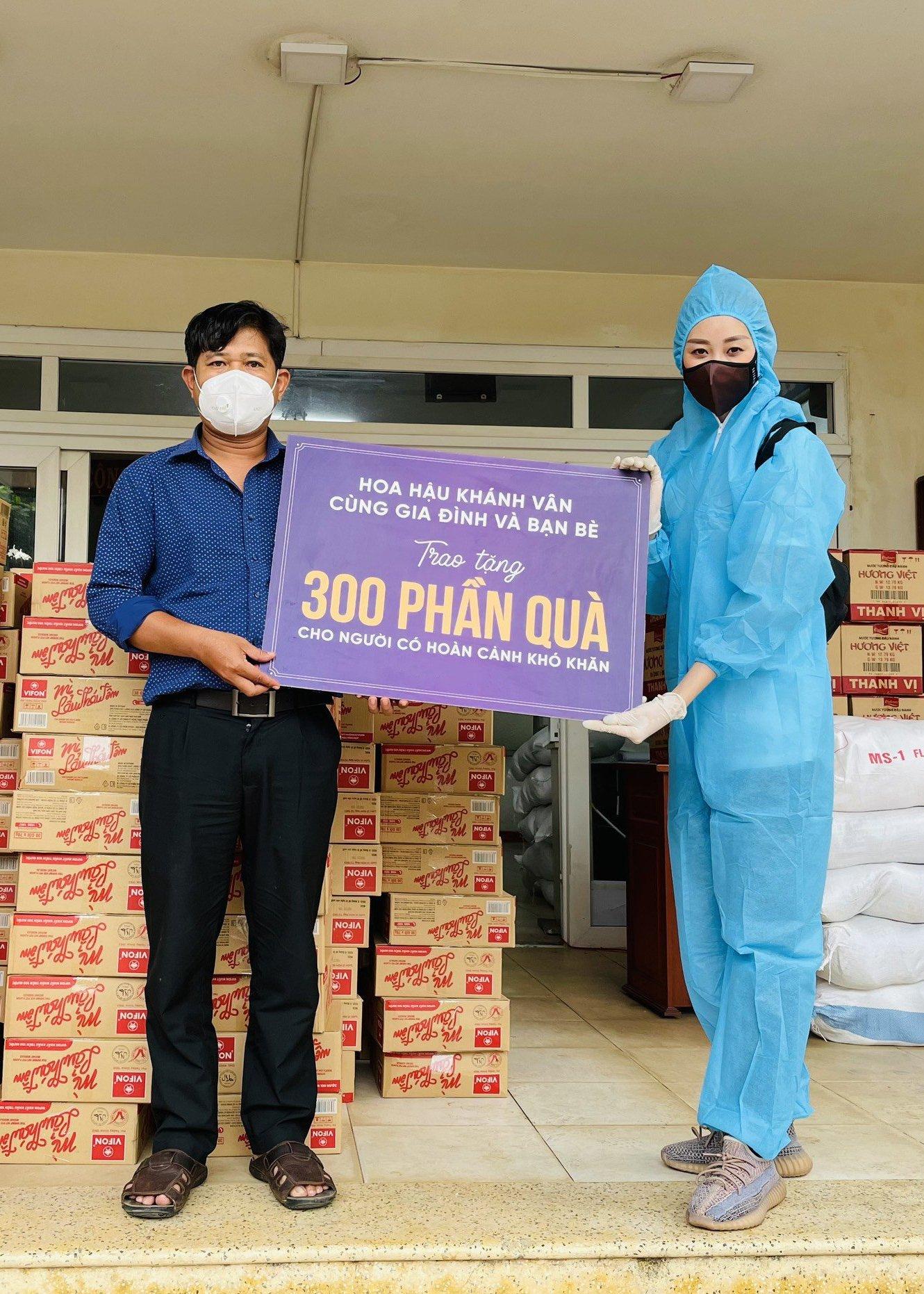 Hoa hau Khanh Van ung ho 300 phan qua cho nguoi co hoan canh kho khan tai TPHCM24